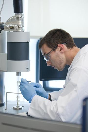 Scientist performing multimodal thermal analysis